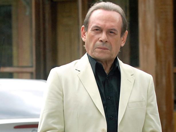 o-ator-jose-wilker-interpreta-umberto-brandao-irmao-de-raul-antonio-fagundes-em-insensato-coracao-1302910579417_1024x768